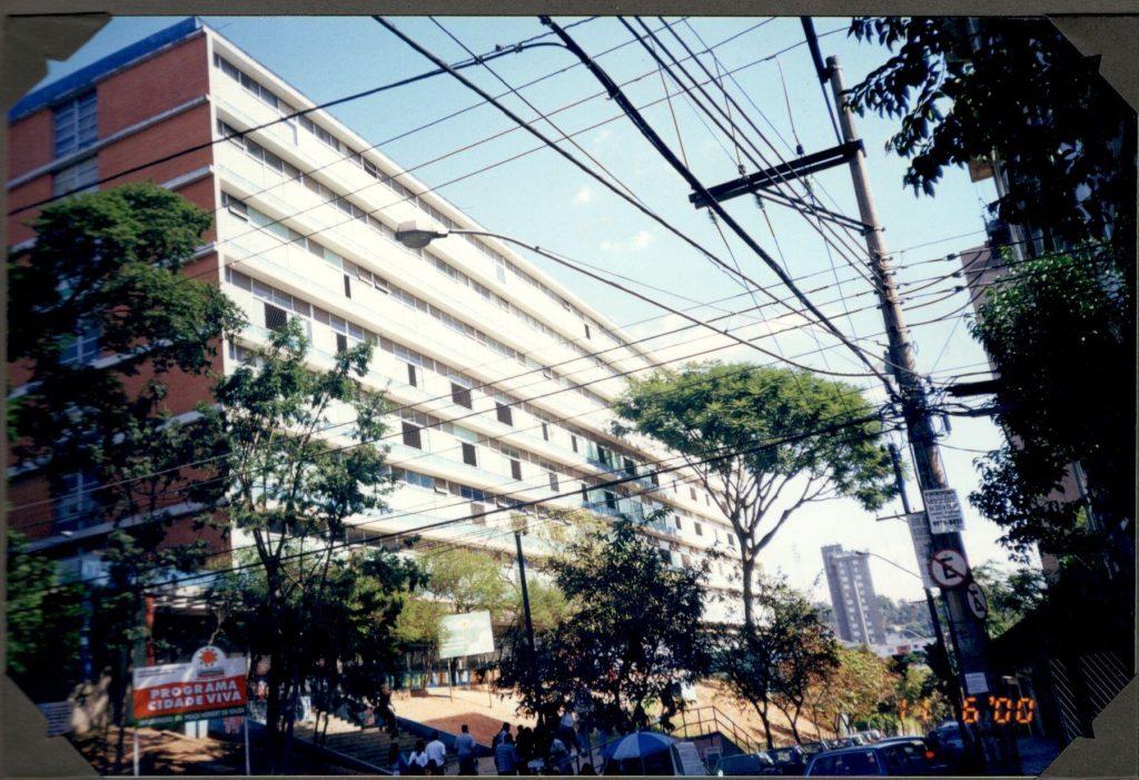 A Escola funcionou na Faculdade de Filosofia da Universidade na Rua Carangola
