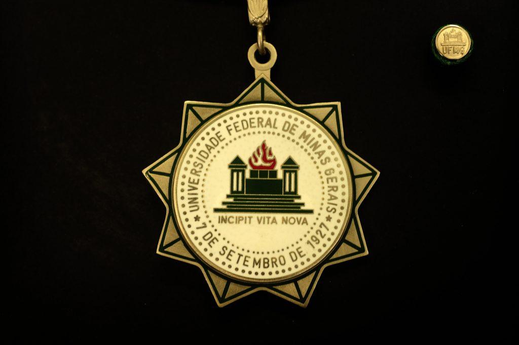 Aluna de destaque da ECI recebe homenagem na cerimônia de comemoração dos 90 anos da UFMG